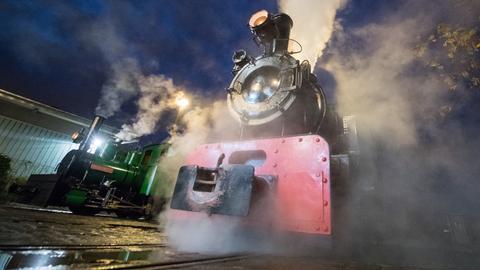 Eine Lok steht unter Dampf