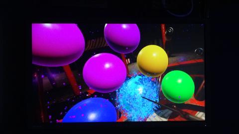 Blick in die Datenbrille: Luftballons platzen lassen, ein Spiel für Kinder