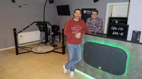 Kai Schiek und Dariusz Kaleta (rechts) betreiben die Virtual Reality Lounge.