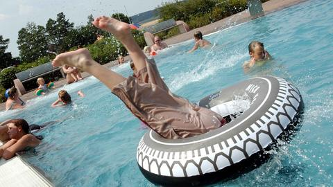 Junge springt im Waldschwimmbad Melsungen kopfüber ins Wasser