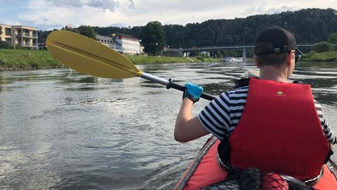 Ein Mann im Kajak fährt auf der Weser auf Bad Karlshafen zu