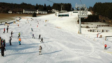 Skifahrer auf der Skipiste in Willingen.