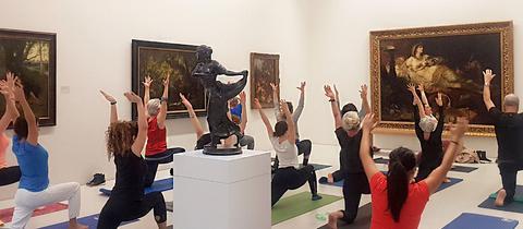 Yogis praktizieren in der Neuen Galerie in Kassel