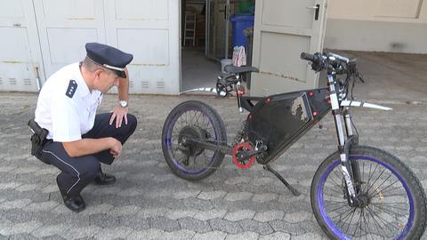 Polizist inspiziert frisiertes E-Bike