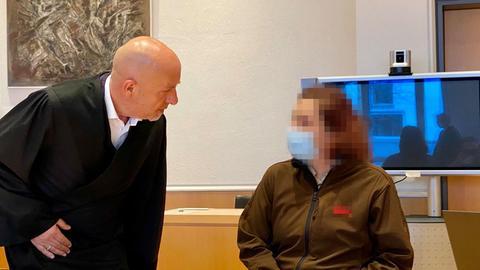 Anwalt mit der angeklagten Mutter im Gerichtssaal