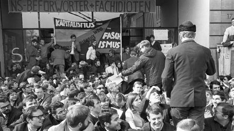 Studenten blockieren im Mai 1968 aus Protest die Universität Frankfurt.