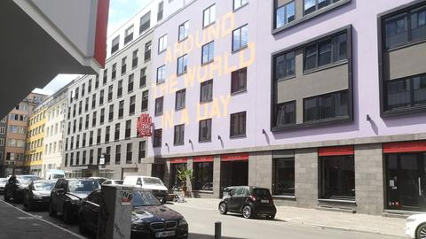 Das 25hours Hotel mit angeschlossenem Bar-Restaurant im Bahnhofsviertel