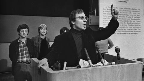 Auch im Hessischen Rundfunk gab es im Mai 1968 eine Protestveranstaltung gegen die Notstandsgesetze. Im Bild: Hans-Jürgen Krahl und Joschka Fischer (hinten li.)