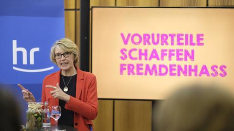 """hr-Fernsehdirektorin Gaby Holzner vor der These: """"Vorurteile schaffen Fremdenhass"""""""