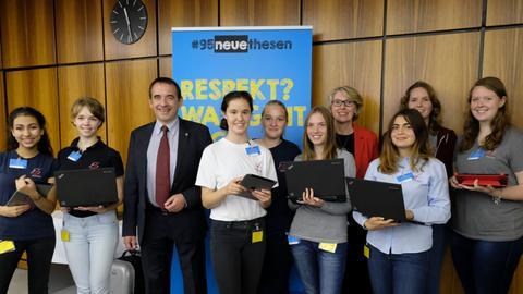Die Schülerinnen des Neuen Gymnasiums Rüsselsheim mit Kultusminister Lorz (CDU) und hr-Fernsehdirektorin Gaby Holzner