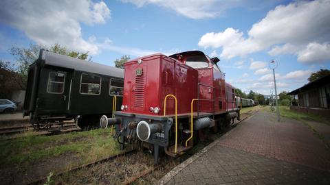 """Diesellok der der """"Nassauischen Toristik-Bahn im Bahnhof Wiesbaden-Dotzheim"""