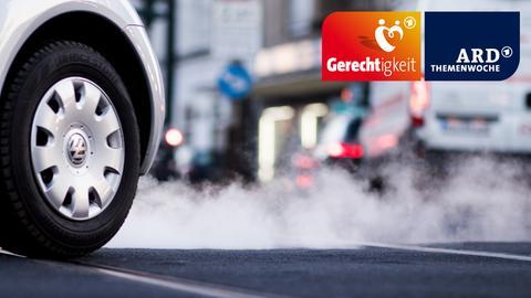 Abgas kommt aus dem Auspuff eines Autos im Berufsverkehr
