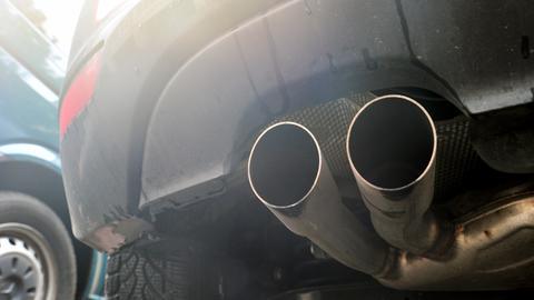 Raucherkneipe open air: Autos sorgen nicht erst seit dem Dieselskandal für dicke Luft.