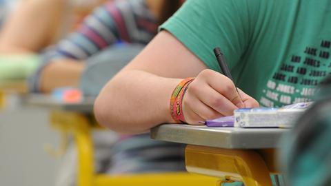 Schüler in einer Prüfungssituation (Sujet)