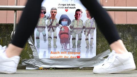 """Ein Abi-Plakat vor der Frankfurter Musterschule trägt die Aufschrift """"Jungs ich bin stolz auf euch. Auch mit Corona schafft ihr das""""."""
