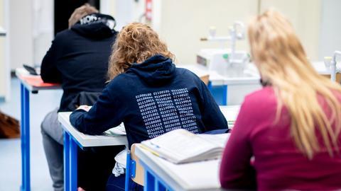 Schüler und Schülerinnen in einem Klassenzimmer