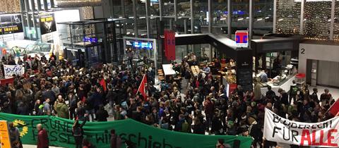 Demonstranten im Flughafenterminal