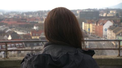 Leyla Lacin steht in Kassel an der Grimm Welt