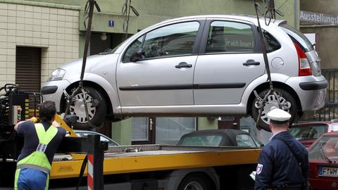 Zur Zeit werden in Frankfurt Falschparker nur in ganz dringenden Fällen abgeschleppt.