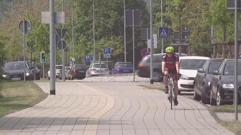 Radfahrer auf breitem Radweg in Baunatal