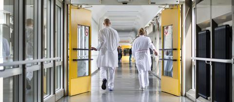 Ärzte auf Krankenhaus-Flur