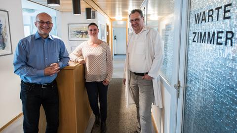 Frank Bletgen, Manager der Ärztegenossenschaft, die angestellte Allgemeinmedizinerin Ilaria Herrmann, und Ägivo-Mitgründer Gerhard Wetzig (von links nach rechts)