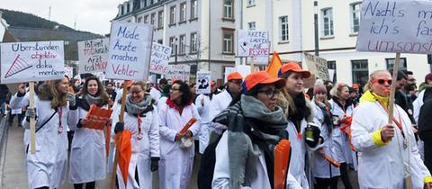 Streikende Ärzte am Marburger Hauptbahnhof