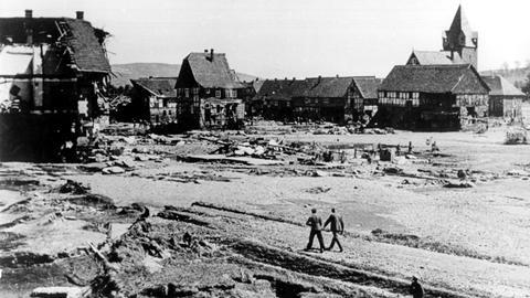 Blick auf die Reste des fast völlig zerstörten Dorfes Affoldern, wenige Kilometer hinter der Sperrmauer des Edersees.