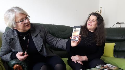 Handytelefonat: Alek telefoniert mit Oma und Dolmetscherin
