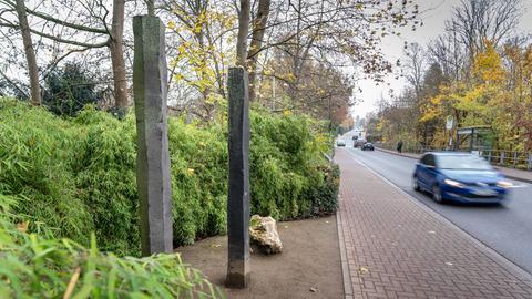 Drei Stelen an der Straße in Bad Homburg, die an das Attentat auf Alfred Herrhausen erinnern