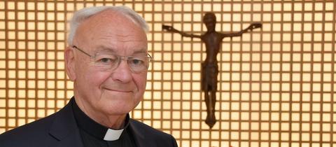 Der ehemalige Bischof von Fulda, Heinz Josef Algermissen in der Kapelle in seinem Wohnhaus.