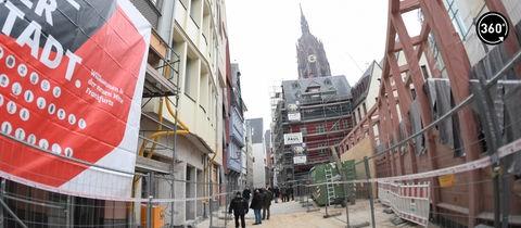 Gebäude der neuen Frankfurter Altstadt hinter Bauzaun