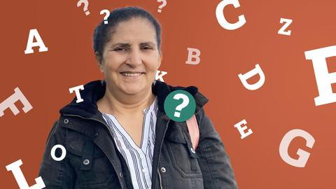 Halima Bouaich umzingelt von Buchstaben und Fragezeichen.