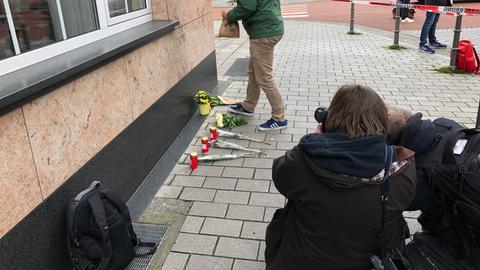 Fotografen suchen am ersten Anschlagsort in Hanau nach dem passenden Motiv.