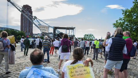 Teilnehmende einer Demonstration gegen die Corona-Auflagen in Frankfurt