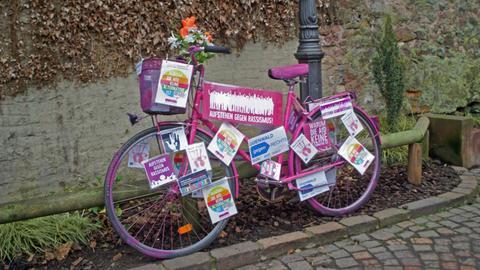 """Einer der Streitpunkte: Das """"Anti-Rassismus-Fahrrad"""" in Erbach"""