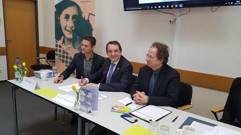 Meron Mendel von der Bildungsstätte Anne Frank (v.l.), Kultusminister Alexander Lorz und Doron Kiesel vom Zentralrat der Juden in Deutschland.