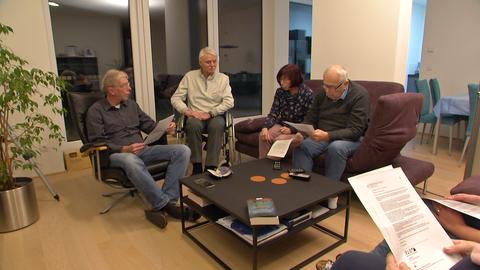 Anwohner in Ober-Roden sitzen in einem Wohnzimmer