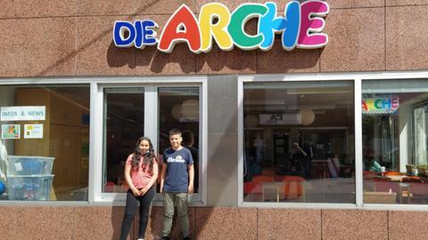 Ilham und Luca stehen vor der Arche in Frankfurt