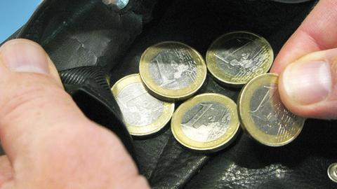 Ein-Euro-Stücke liegen in einer Geldbörse