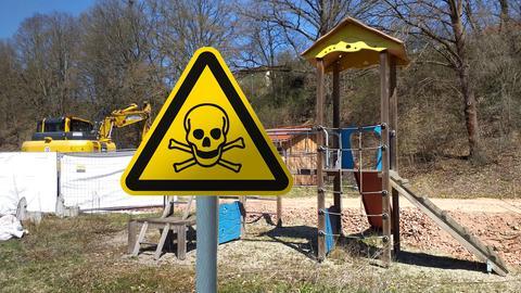 Spielplatz mit Warnschild vergiftet