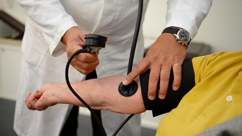 Arzt bei der Untersuchung