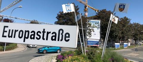 """Straßenschild """"Europastraße"""", im Hintergrund der Europakreisel."""