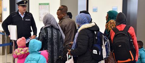 Flüchtlinge nach der Ankunft auf dem Kassel-Airport in Calden.