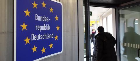 """Schild mit """"Bundesrepublik Deutschland"""" am Flughafen"""