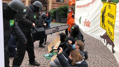 Attac protestiert in Wiesbaden gegen A49-Ausbau