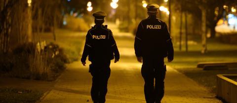 Zwei Polizisten im Dunkeln