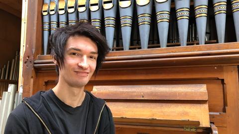 David Geppel sitzt vor Orgel