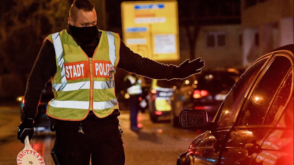 Ein Polizist kontrolliert einen Autofahrer