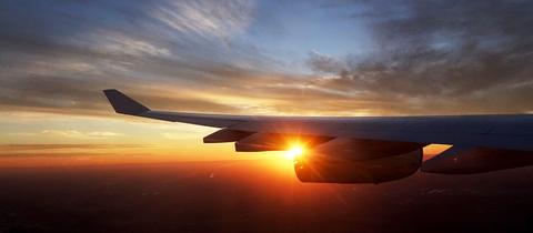 Ein Flugzeug im Sonnenuntergang